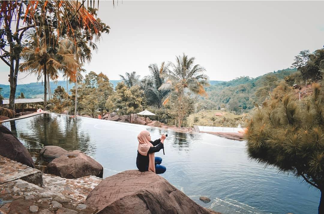 Taman Batu Cijanun Purwakarta : Mandi ditengah Hamparan Hijau Persawahan